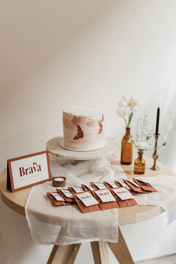 Styling, decoration and floral arrangement of the cake table at the Brava's launch event, with envelopes of souvenirs for the guests, in a boho-chic style like a wedding.