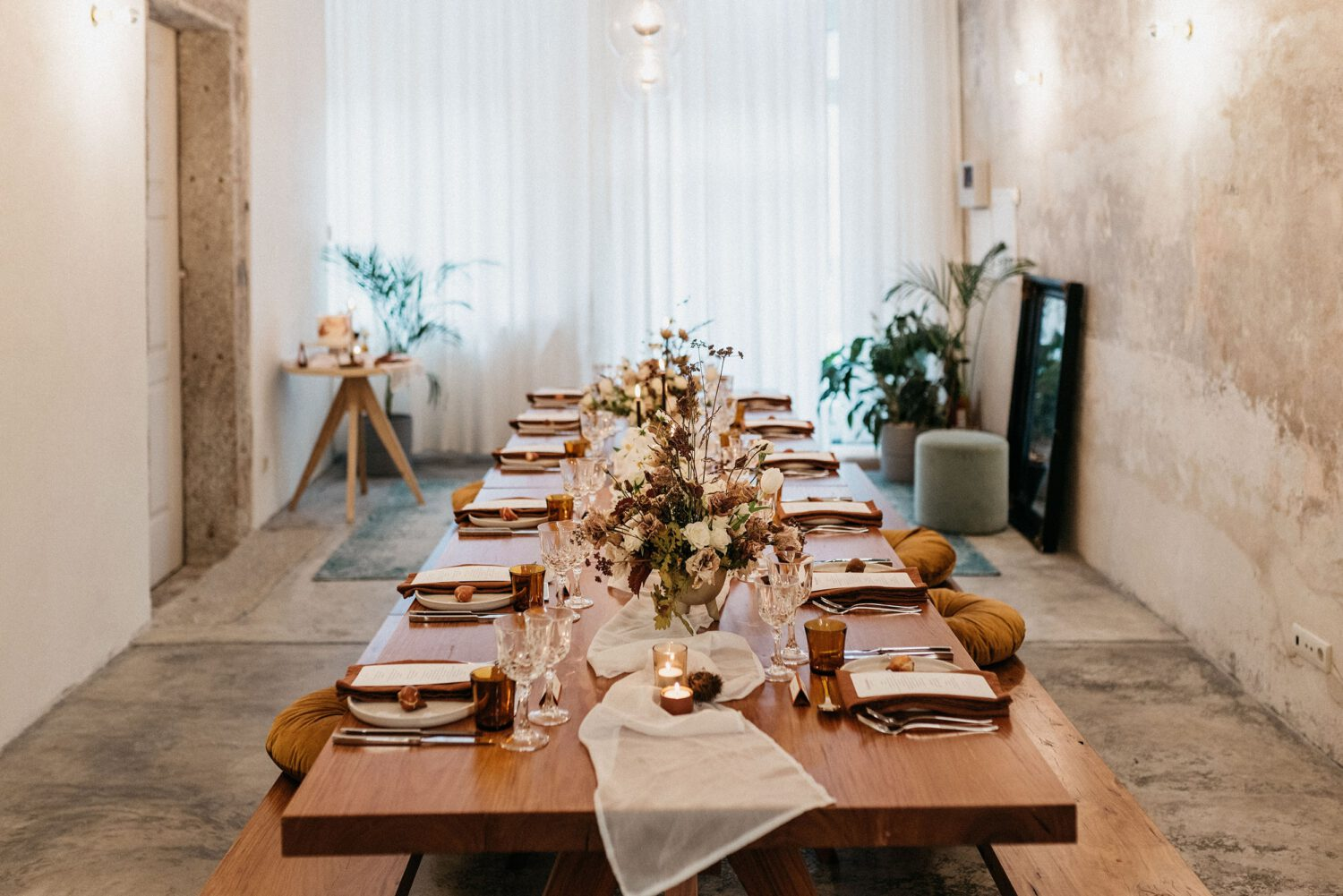 General view of the Brava launch event room, where the meal table is in the center, carefully decorated and ready to receive the guests, as in a small and intimate wedding.