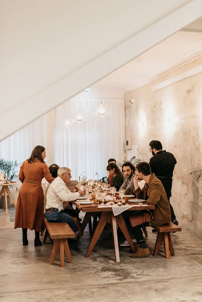 Room where the small and informal Brava launch event was held, with the guests seated at the meal table, in a relaxed and informal atmosphere, cozy and with refinement.